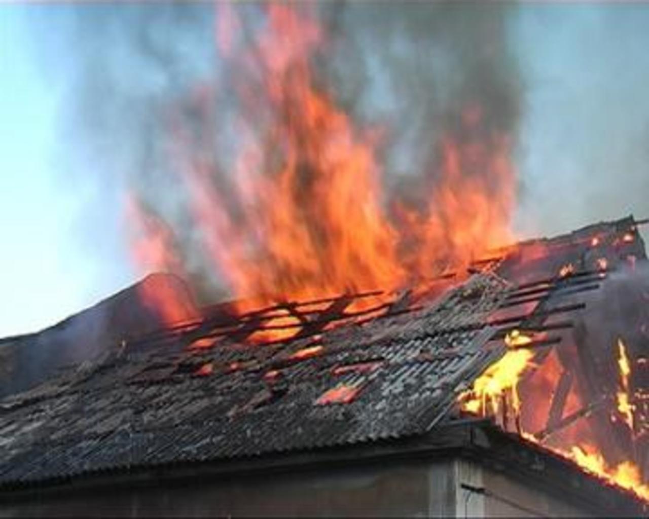 Сверепый пожар случился из-за удара молнии вКстовском районе