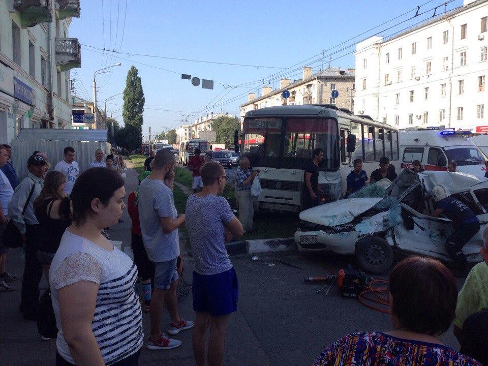 Пассажирский автобус снес остановку слюдьми вНижнем Новгороде