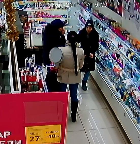 Три цыганки обокрали магазин косметики вГородце