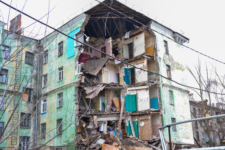 Крыша дома рушится во сне — «крушение идеалов» и всего того, что человек считал правильным для себя.